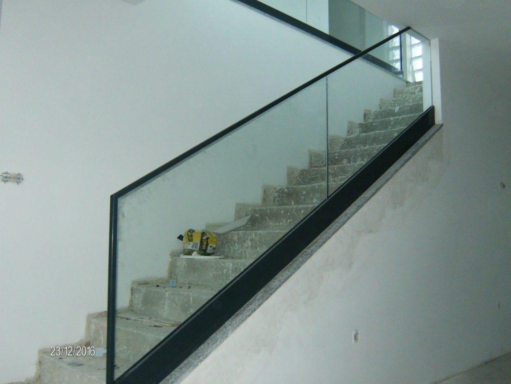 Guardas interiores em alumínio e vidro |